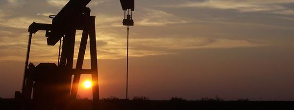 Ölpumpe im Sonnenuntergang